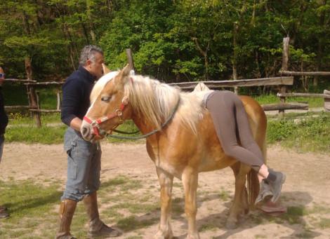 Le ragazze imparano a salire a cavallo a pelo con Federico