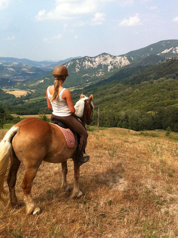 Motetermine-trekking-a-cavallo-Antico-Borgo-Valle-Di-Scascoli-00